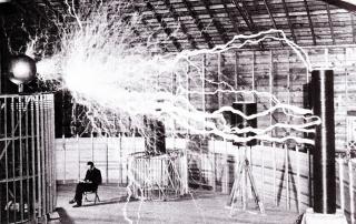 Nikola Tesla trabajando entre millones de voltios